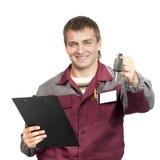Werktuigkundige die een autosleutel geeft Stock Foto's