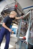 Werktuigkundige die het herstellen van hulpmiddelen bekijkt Stock Foto's