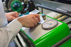 Werktuigkundige die met compressor werken stock fotografie