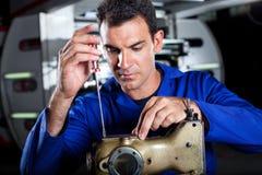 Werktuigkundige die naaimachine herstelt stock foto
