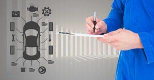 Werktuigkundige die op klembord tegen de interface van autowerktuigkundigen op achtergrond schrijven royalty-vrije stock afbeelding