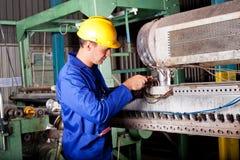 Werktuigkundige die zware machine herstelt Stock Foto