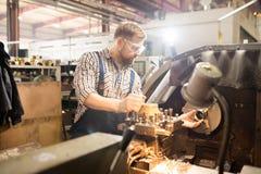 Werktuigkundige door machine stock afbeelding