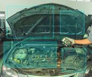 werktuigkundige een voltmeter om de Aziatische Auto die van de voltagemens te controleren inspectie controleren aan om een foto v stock afbeeldingen