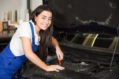 Werktuigkundige in garage of workshop die auto herstellen Royalty-vrije Stock Foto