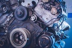 Werktuigkundige in het blauwe eenvormige liggen en het werken onder auto bij auto de dienstgarage Royalty-vrije Stock Afbeeldingen