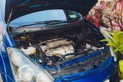 Werktuigkundige van de de kapauto van de autoneerstorting de open om voorwaarde van schade te controleren E stock foto