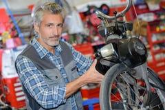 Werktuigkundige workng op motorfiets royalty-vrije stock foto