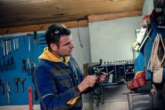 Werktuigkundige in workshop Stock Foto's