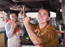 Werktuigkundigen die auto van cliënt herstellen Stock Fotografie