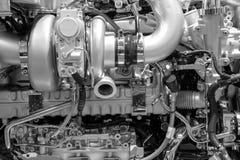 werktuigkundigen van een grote dieselmotor stock afbeeldingen