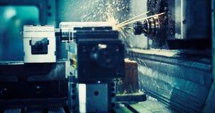 Werktuigmachine in metaalfabriek met het boren van cnc machines stock afbeelding
