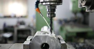 Werktuigmachine in metaalfabriek met het boren van cnc machines stock foto's