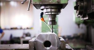 Werktuigmachine in metaalfabriek met het boren van cnc machines stock foto