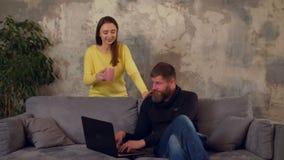 Werkverslaafdemens die aan laptop laat bij nacht werken stock footage
