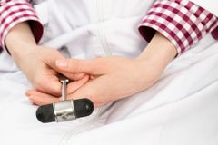 Werkzeug in den Händen eines Neurologen Lizenzfreies Stockbild