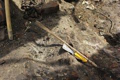 Werkzeug im Archäologiestandort stockfotos