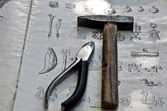 Werkzeug liegt auf dem Buch Stockbilder