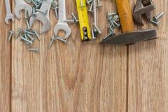 Werkzeugausrüstungsgrenze auf hölzernen Planken Stockbilder