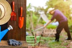 Werkzeuge auf dem Pflanzen auf hölzerner Tabellen- und Bauernhofarbeit Stockbild
