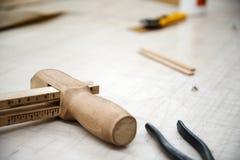 Werkzeuge auf dem Tisch stockbilder