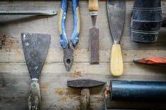 Werkzeuge auf einem Bretterboden stockfotos
