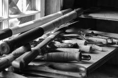 Werkzeuge auf einer Arbeitshallenbank stockfoto