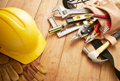 Werkzeuge auf hölzernen Planken Stockfotos