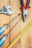 Werkzeuge auf Tabelle Lizenzfreie Stockbilder