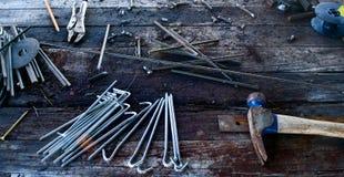 Werkzeuge auf Werktisch Stockbild