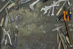 Werkzeuge in der Rahmenform in der Werkstatt lizenzfreie stockbilder