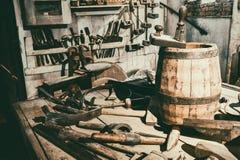 Werkzeuge des erfahrenen Arbeiters in der Weinlesewerkstatt Stockbilder
