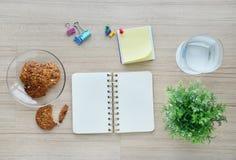 Werkzeuge des leeren Papiers und des Büros auf der hölzernen Tischplatteansicht Lizenzfreie Stockbilder