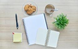Werkzeuge des leeren Papiers und des Büros auf der hölzernen Tischplatteansicht Lizenzfreie Stockfotos