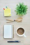 Werkzeuge des leeren Papiers und des Büros auf der hölzernen Tischplatteansicht Stockbild