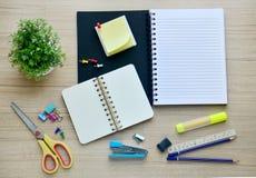 Werkzeuge des leeren Papiers und des Büros auf der hölzernen Tischplatteansicht Lizenzfreies Stockfoto