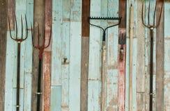 Werkzeuge, die im Bauernhof halten stockbild