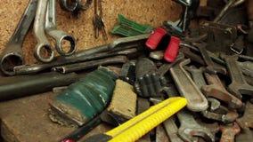 Werkzeuge in einer Garage stock video footage