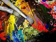 Werkzeuge eines Künstlers, drei alte Bürsten auf der Palette Lizenzfreie Stockbilder