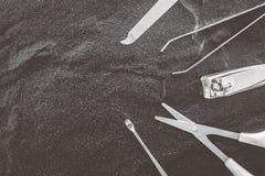 Werkzeuge eines Maniküresatzes auf schwarzem Hintergrund Lizenzfreie Stockfotos