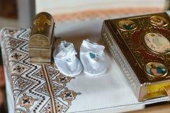 Werkzeuge für Babytaufe in der Kirche Katholizismus, das Konzept des Christentums lizenzfreie stockfotos