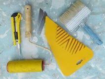 Werkzeuge für das Kleben der Tapete stockfotografie