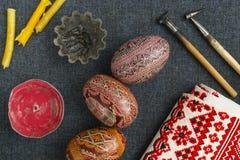 Werkzeuge für das Malen von Eiern für Ostern Stockbild