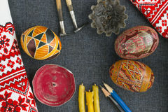 Werkzeuge für das Malen von Eiern für Ostern Lizenzfreie Stockbilder
