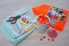 Werkzeuge für das Nähen für Hobby stellten auf Draufsicht des Holztischhintergrundes ein Thread, Nadeln, Scheren und Stoff Stockbilder