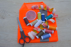Werkzeuge für das Nähen für Hobby stellten auf Draufsicht des Holztischhintergrundes ein Thread, Nadeln und Stoff Lizenzfreies Stockbild