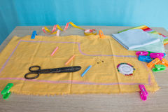 Werkzeuge für das Nähen für Hobby stellten auf Draufsicht des Holztischhintergrundes ein Thread, Nadeln und Stoff Stockfotografie