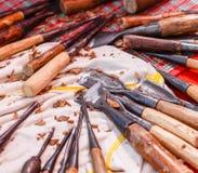 Werkzeuge für das Schnitzen des Holzes stockfotografie