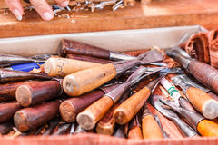 Werkzeuge für das Schnitzen des Holzes stockbilder