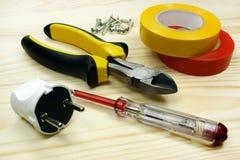 Werkzeuge für das Verdrahten auf einem Holztisch Lizenzfreies Stockfoto